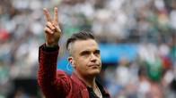 Robbie Williams Kuak Alasan 'Jari Tengah' di Piala Dunia 2018