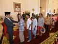 Tukang Becak dan Para Menteri Berbaur di Open House Jokowi