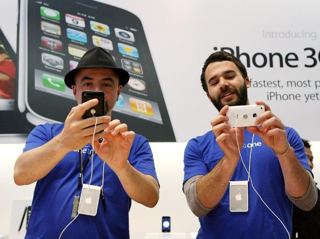 Pegawai Apple Store mengutak atik iPhone 3GS. Foto: Getty Images