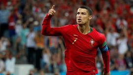 Legenda MU: Ronaldo Lebih Hebat dari Messi
