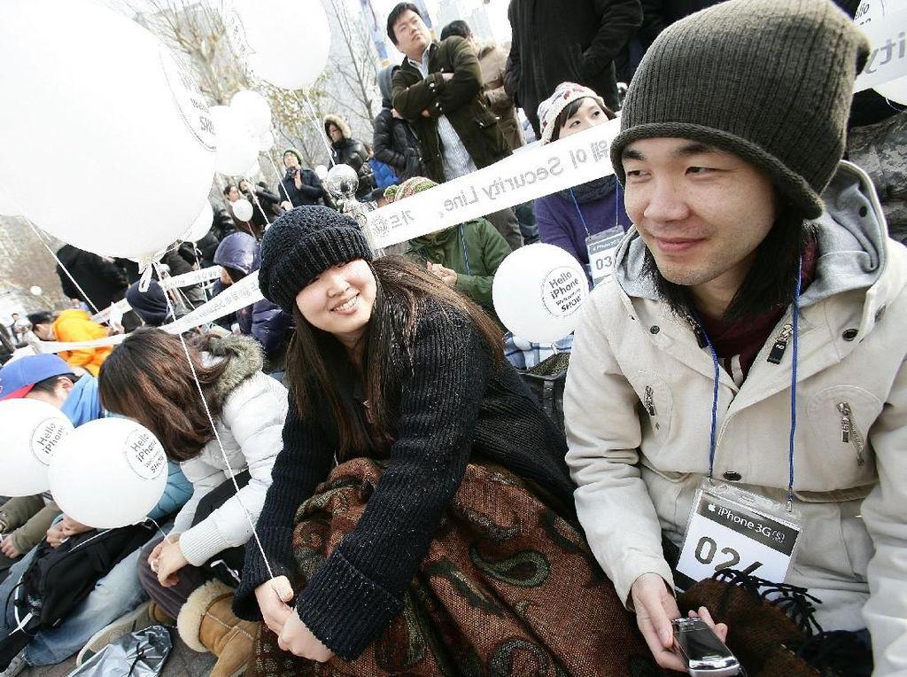 Fans Apple rela menunggu lama untuk membeli iPhone 3GS, meskipun di cuaca dingin. iPhone 3GS dijual sampai tahun 2012 dan tahun ini barang yang masih tersisa dijual lagi di Korea Selatan. Foto: Getty Images