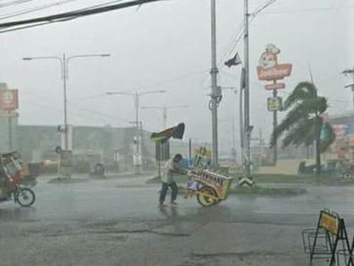 Foto Viral Penjual Es Krim di Tengah Hujan Deras Ini Bikin Netizen Terenyuh