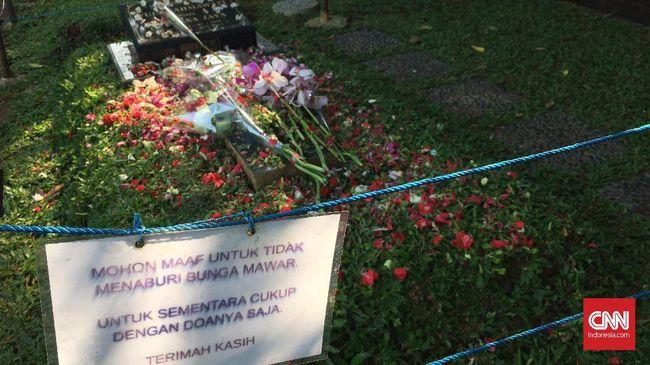 Setumpuk Doa dan Bunga di Pusara Jupe saat Lebaran