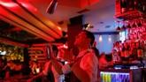 Seorang pramutama bar di kota Skopje, Republik Makedonia Utara, sedang membuat cocktails untuk pengunjung. (REUTERS/Marko Djurica)