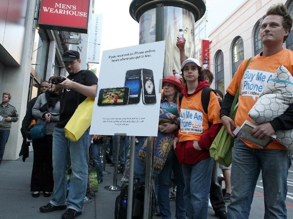Antrean panjang terjadi di Apple Store di San Francisco di mana pembeli sudah tak sabar menjadi salah satu pembeli pertama iPhone 3GS. Foto: Getty Images