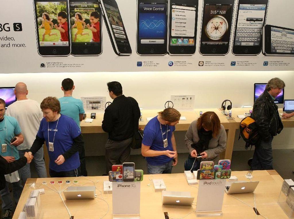Apple Store dipenuhi pengunjung yang antusias ingin menjajal iPhone 3GS. Foto: Getty Images