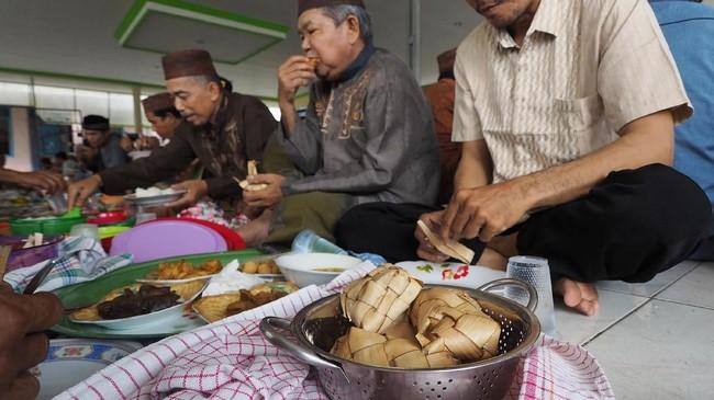 Dalam tradisi makan bedulang, ada enam jenis lauk-pauk dan lengkap dengan nasi merah, buah, sampai jus.(Mahendra Moonstar - Anadolu Agency )