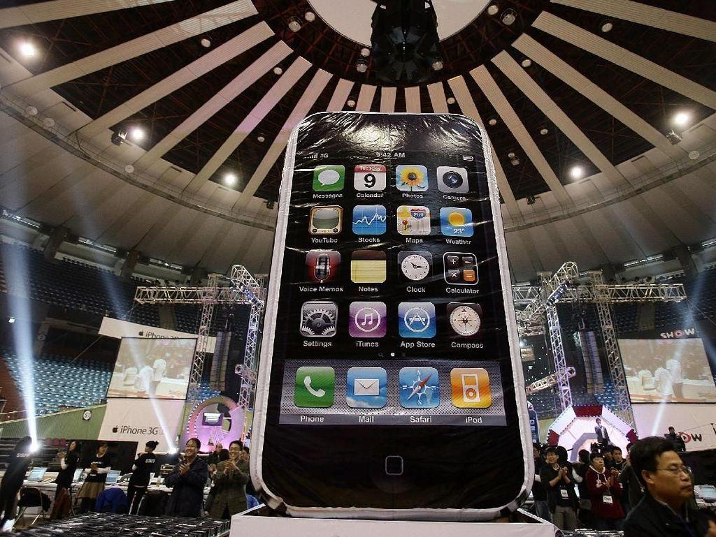 Patung iPhone 3GS besar yang dipajang di Korea Selatan. Foto: Getty Images