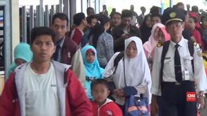 VIDEO: Arus Balik Stasiun Pasar Turi Mulai Padat