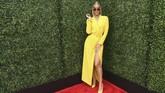 Jasmine Sanders menghadiri MTV Awards 2018 dengan gaun blazer berwarna mencolok. Dia memilih gaun berwarna kuning lengkap dengan heels kuningnya. Namun dia menambahkan aksesori sunglasses kecil berwarna hitam. (Emma McIntyre/Getty Images for MTV/AFP)