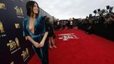 Aktris Olivia Munn memilih gaun velvet berwarna biru untuk dipakai untuk menghadiri ajang penghargaan MTV Awards 2018. Gaunnya terbilang cukup seksi dengan belahan dada yang rendah. (REUTERS/Mario Anzuoni)
