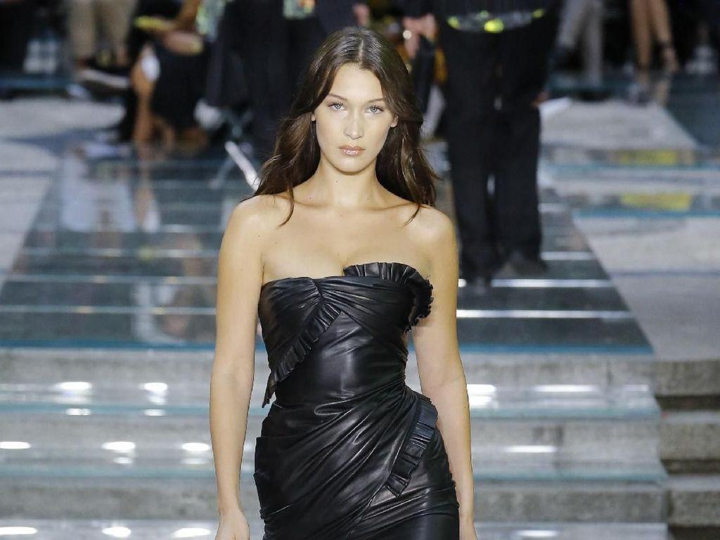 Foto: Adu Gaya Seksi Kendall Jenner vs Bella Hadid di Catwalk Versace