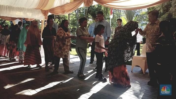 Wakil Presiden Jusuf Kalla (JK) mudik ke kampung halamannya di Makassar dan menggelar Halalbihalal dengan warga.