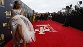 Tiffany Haddish memilih gaun dari Alexander McQueen berwarna perak dengan detail pita besar di dada. Di bagian bawahnya terdapat sebuah kain tule putih yang melengkapi tampilannya.(REUTERS/Mario Anzuoni)