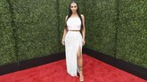 Kali ini gaya Kim Kardashian terbilang tak terlalu seksi. Dia menggunakan atasan crop top 'berbulu' yang dipadukan dengan rok panjang sequin berwarna perak dengan slit yang tinggi. (Emma McIntyre/Getty Images for MTV/AFP)