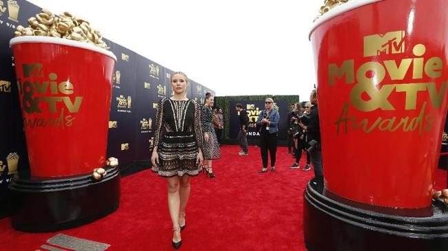 Aktris Kristen Bell memilih gaun mini dengan detail lace dan rantai berwarna hitam dan emas. Dia memakai gaun rancangan dari Julien Macdonald. (REUTERS/Mario Anzuoni)