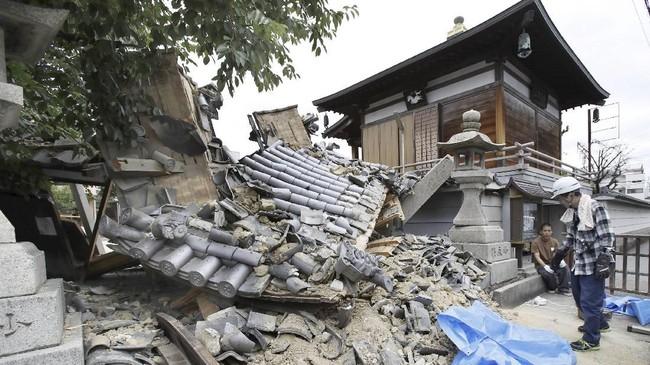 Para tamu yang sedang menginap di salah satu resor di Osaka pun panik ketika alarm tanda bahaya berbunyi. (Kyodo/via Reuters)