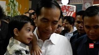 VIDEO: 1,5 Jam Jokowi Temani Cucunya Bermain di Transmart