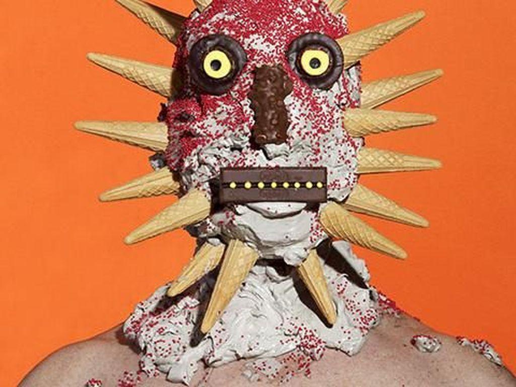 Hii Seram! Karya Seni Ini Lapisi Manusia dengan Berbagai Makanan