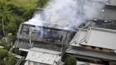 Cuplikan video yang beredar di jagad maya menunjukkan pipa air meledak dan rumah terbakar tak lama setelah gempa mengguncang. (Kyodo/via Reuters)