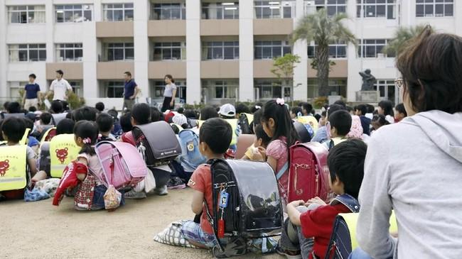 KJRI Osaka mengingatkan warga untuk memperhatikan semua peringatan yang dikeluarkan pemerintah Jepang, termasuk mengenai kemungkinan gempa susulan dalam beberapa hari ke depan. (Kyodo/via Reuters)