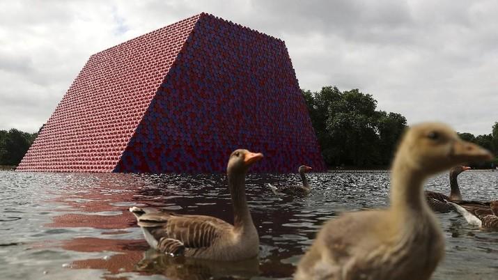Ini merupakan karya unggulan dari seniman Christo di perairan danau Serpentine di London, Inggris.
