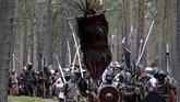 Sekitar seribu orang berkumpul di sebuah hutan dekat Doksy, Republik Ceko, akhir pekan lalu. Mereka mengenakan kostum seperti prajurit perang masa lampau. (REUTERS/David W Cerny)