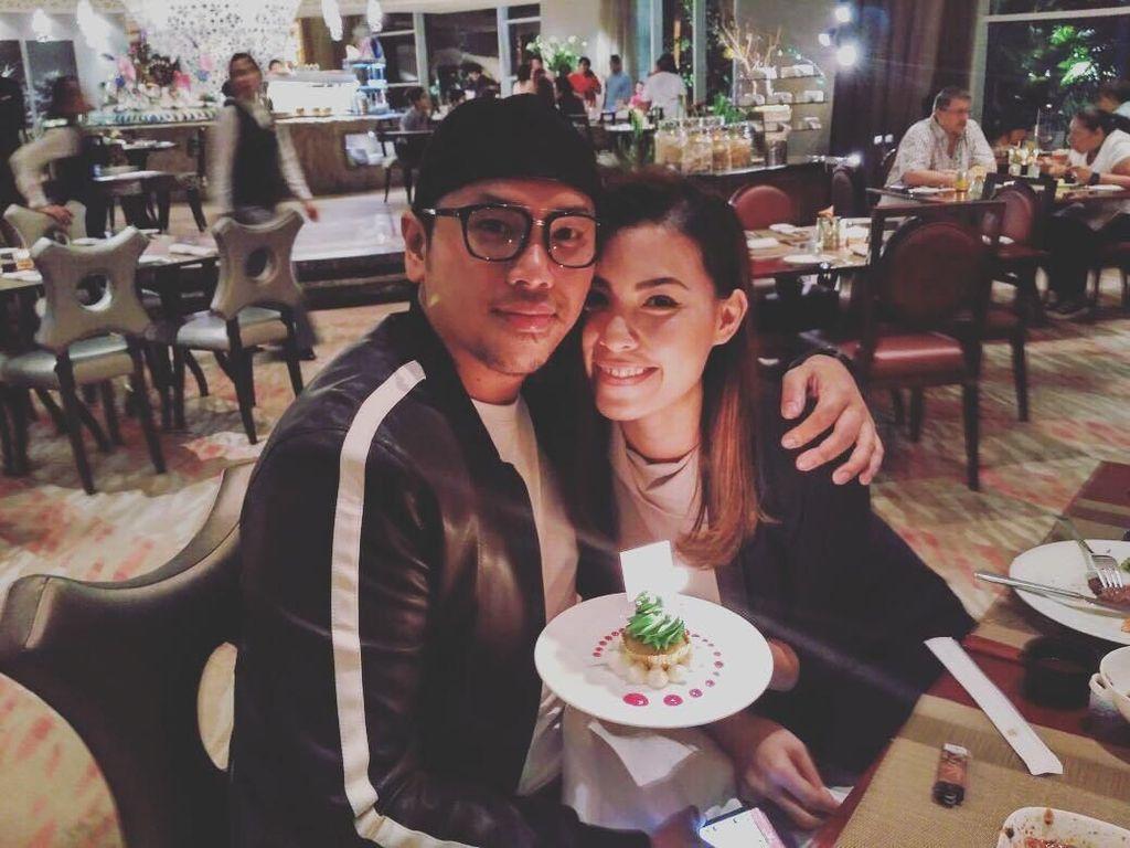 Pose Manis Sammy Simorangkir Saat Makan Bersama Istri dan Keluarga