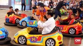 Jokowi Manjakan Cucu dengan 'Bumper Car' di Transmart Bogor