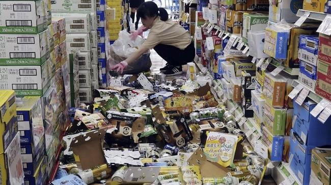 Namun, hingga kini belum ada laporan mengenai kerusakan parah atau peringatan tsunami meski listrik padam di sejumlah wilayah. (Kyodo/via Reuters)