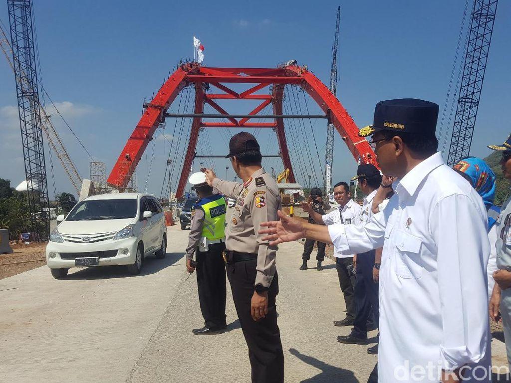 Foto: Aksi Menhub Atur Lalin di Jembatan Kalikuto