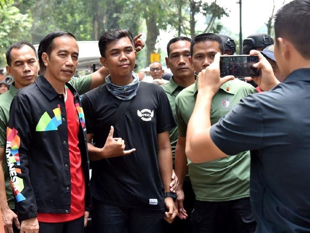 Banyak masyarakat yang berolahraga dan bertamasya bersama keluarganya. Di antara mereka tak segan meminta foto bersama Jokowi. (Foto: Kris - Biro Pers Setpres)