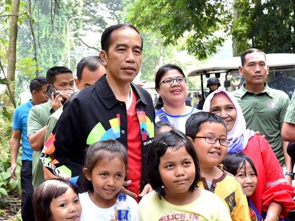 Tak hanya dengan orang dewasa, Jokowi juga berfoto bersama anak-anak yang berwisata di kota hujan ini. (Foto: Kris - Biro Pers Setpres)