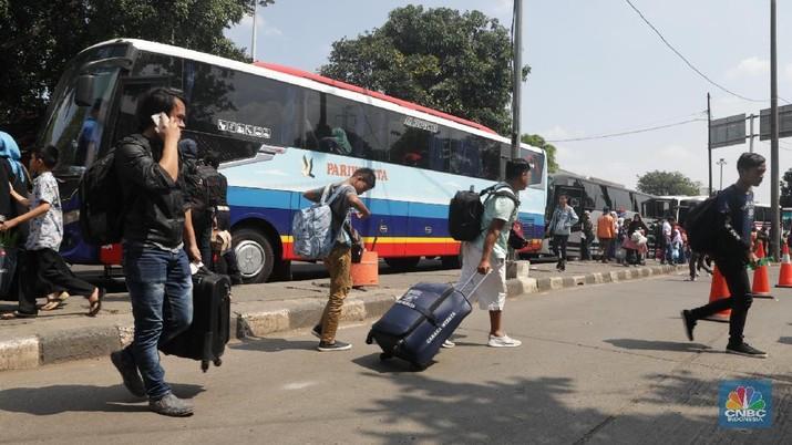 Suasana arus balik di terminal Kp Rambutan, Jakarta, Selasa (19/6). Pelaksana Harian Terminal Kampung Rambutan memprediksi arus balik yang terjadi di Terminal Kampung Rambutan terjadi dari tanggal 18 hingga 19 juni 2018. Menurut pantauan CNBC Indonesia hingga hari ini sudah mulai terjadi pergerakan pada arus balik. Pada arus balik akhir pekan ini sudah tercatat sebanyak 60.000 orang. Sedangkan jumlah bus yang masuk kurang lebih mencapai 6.000 kendaraan. (CNBC Indonesia/Muhammad Sabki)