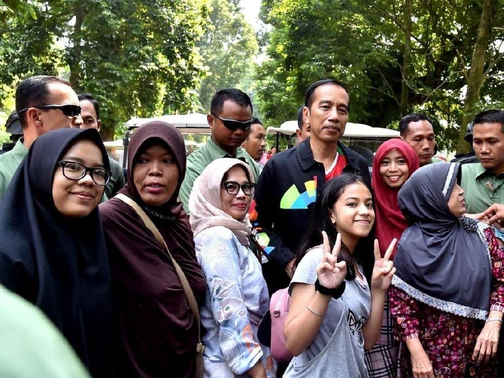 Jokowi berolahraga sekitar pukul 11.15 WIB. Deputi Bidang Protokol, Pers, dan Media Sekretariat Presiden, Bey Machmudin, mengatakan suasana Kebun Raya Bogor itu cukup ramai. (Foto: Kris - Biro Pers Setpres)