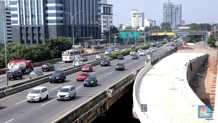 Pengemudi mobil melintas di ruas toll Jakarta Outer Ring Road (JORR) Cilandak-Pondok Pinang, Jakarta, Selasa, (19/6). Tarif Jalan Tol Jakarta Outer Ring Road (JORR) mulai 20 Juni 2018, pukul 00.00 WIB, diintegrasikan. Integrasi ini membuat tarif sekali masuk Rp 15.000 untuk jarak jauh maupun dekat.