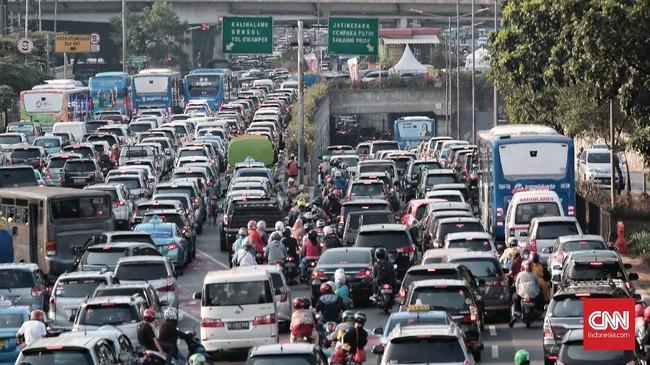Cara tercepat yang dilakukan Pemprov DKI untuk mengatasi polusi udara adalah dengan memberlakukan rekayasa lalu lintas membatasi kendaraan, dan uji emisi. Selain itu, edukasi dan kebijakan juga dibuat agar masyarakat beralih ke moda transportasi umum. (CNN Indonesia/Andry Novelino)