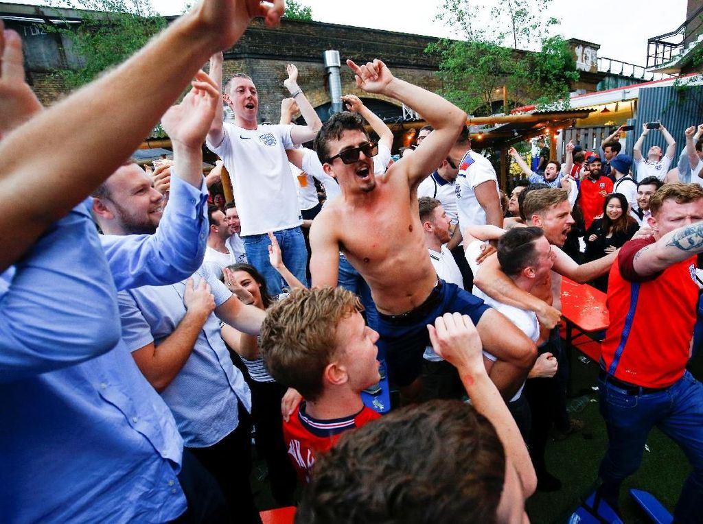 Yel-yel, nyanyian dan teriakan kegembiraan terdengar. REUTERS/Henry Nicholls.