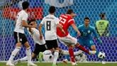 Hanya berselang tiga menit dari gol kedua, Rusia kembali menambah keunggulan jadi 3-0 berkat gol Artem Dzyuba, memanfaatkan umpan datar dari Ilya Kutepov. (REUTERS/Lee Smith)