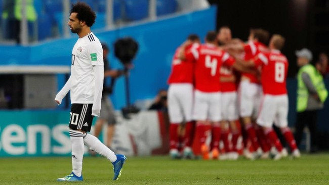 Kegetiran Mohamed Salah menyaksikan timnya kebobolan di babak kedua. Penampilan penyerang Liverpool itu tampaknya tak banyak membantu Mesir di lini depan. (REUTERS/Lee Smith)