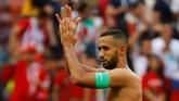Kapten Maroko Medhi Benatia mengucapkan terima kasih kepada Maroko. Kendati sudah berjuang keras, Tim Singa Atlas tersingkirdari Piala Dunia 2018. (REUTERS/Kai Pfaffenbach)