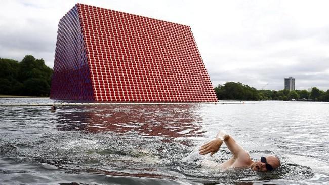 Menariknya, instalasi itu bukan sekadar karya seni biasa. Tong warna-warni itu akan membentuk cahaya lampu menjadi lukisan abstrak saat merefleksikannya ke permukaan air. (REUTERS/Henry Nicholls)