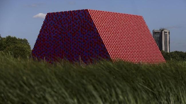 'The London Mastaba' terdiri atas 55 tong galon yang dibentuk menjadi 'piramida' dengan panjang 40 meter dan lebar 30 meter. (REUTERS/Simon Dawson)