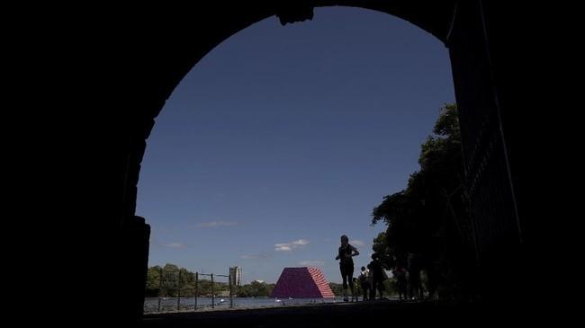 Christo sebelumnya pernah membuat instalasi di Central Park New York dan di Berlin. Untuk instalasinya di London, ia mengajak mantan Wali Kota New York, Michael Bloomberg. (REUTERS/Simon Dawson)