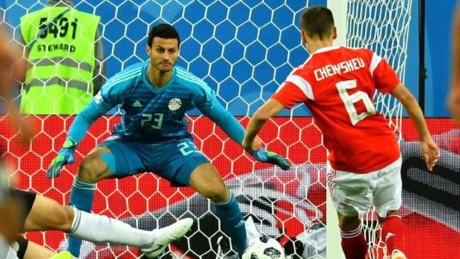 Penyerang sayap Rusia, Denis Cheryshev mencetak gol kedua Rusia ke gawang Mesir setelah menerima umpan tarik dari Mario Fernandez pada menit ke-59. (REUTERS/Dylan Martinez)