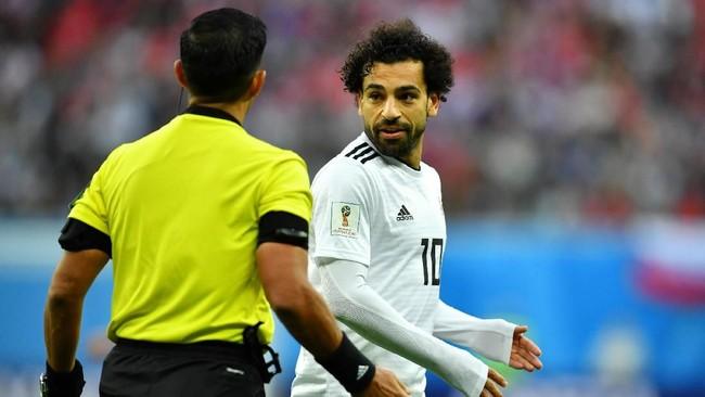 Bintang timnas Mesir Mohamed Salah mempertanyakan keputusan wasitEnrique Caceres yang tidak memberikan timnya tendangan bebas setelah ia dijatuhkan pemain Rusia. (REUTERS/Dylan Martinez)