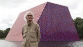 'Piramida' itu mengapung dengan dua sisi vertikal dan puncak yang datar. Senin (18/6) lalu, karya seni itu dipasang oleh seniman kelahiran Bulgaria, Christo Javacheff. (REUTERS/Simon Dawson)