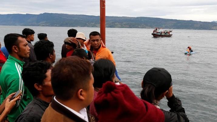KM Sinar Bangun itu diduga mengangkut 200 orang penumpang meski kapasitas hanya 43 orang.