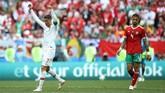 Cristiano Ronaldo merayakan kemenangan Portugal 1-0 atas Maroko di akhir laga. Bintang Real Madrid itu mencetak gol semata wayang ke gawang Singa Atlas. (REUTERS/Carl Recine)