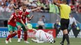 Barisan pertahanan Maroko juga harus berjuang keras untuk meredam pergerakan Cristiano Ronaldo yang kerap merepotkan.(REUTERS/Maxim Shemetov)